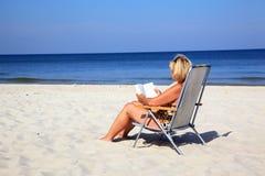 Mujer madura en la playa Foto de archivo libre de regalías