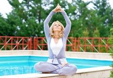 Mujer madura en la posición de la yoga Fotografía de archivo