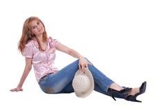 Mujer madura en pantalones vaqueros con el sombrero de paja Imagen de archivo libre de regalías
