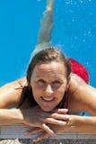 Mujer madura en piscina Fotos de archivo
