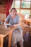 Mujer madura en un café Fotos de archivo libres de regalías