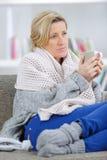 Mujer madura enferma del retrato que es tratada para el frío Foto de archivo libre de regalías