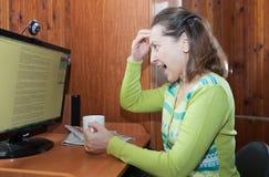 Mujer madura enojada en el ordenador Foto de archivo libre de regalías