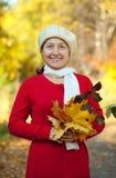 Mujer madura feliz con el ramillete del arce Fotografía de archivo