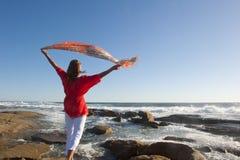 Mujer madura feliz en el mar Fotos de archivo libres de regalías