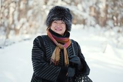 Mujer madura feliz en invierno Imagen de archivo libre de regalías