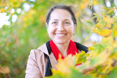 Mujer madura feliz en otoño Foto de archivo libre de regalías