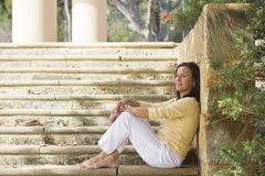 Mujer madura feliz relajada al aire libre imágenes de archivo libres de regalías