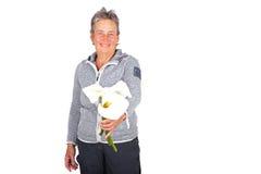 Mujer madura hermosa con las flores florecientes de Cala Imagen de archivo libre de regalías