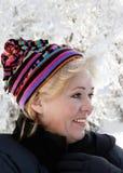 Mujer madura liada para arriba en nieve Imagen de archivo libre de regalías