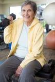 Mujer madura mayor en el gimnasio Imagenes de archivo