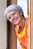 Mujer madura moderna sonriente Imagen de archivo libre de regalías