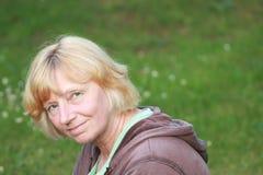 Mujer madura natural sonriente 2 Imagen de archivo libre de regalías