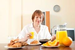 Mujer madura que desayuna Fotografía de archivo libre de regalías