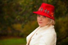 Mujer madura que desgasta el sombrero de fieltro retro Fotografía de archivo libre de regalías
