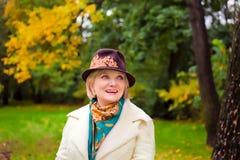 Mujer madura que desgasta el sombrero de fieltro retro Foto de archivo