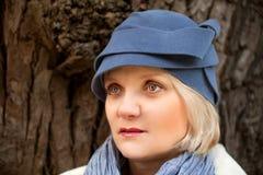 Mujer madura que desgasta el sombrero de fieltro retro Imagen de archivo