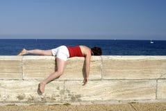 Mujer madura que duerme en una pared Foto de archivo libre de regalías