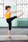 Mujer madura que ejercita yoga Foto de archivo libre de regalías