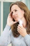 Mujer madura que experimenta rubor caliente de la menopausia Fotos de archivo