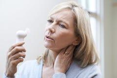 Mujer madura que experimenta rubor caliente de la menopausia Imagen de archivo