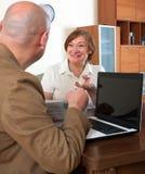 Mujer madura que habla con el empleado foto de archivo libre de regalías