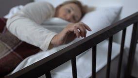 Mujer madura que miente en la cama de hospital, despertándose repentinamente después de pesadilla, terapia almacen de video