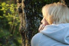 Mujer madura que mira el sol Imágenes de archivo libres de regalías