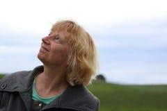 Mujer madura que mira hacia arriba Imagen de archivo