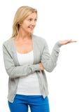 Mujer madura que muestra feliz vacío del espacio aislado en el backgr blanco Imágenes de archivo libres de regalías