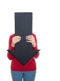 Mujer madura que oculta detrás de la flecha - problemas de salud quizá Aislado Foto de archivo