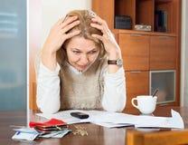 Mujer madura que piensa en el presupuesto familiar Fotografía de archivo libre de regalías