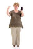 Mujer madura que señala el teléfono elegante foto de archivo libre de regalías
