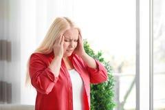 Mujer madura que sufre de dolor de cabeza Fotos de archivo libres de regalías