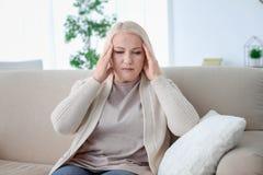 Mujer madura que sufre de dolor de cabeza Imagenes de archivo