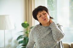 Mujer madura que sufre de dolor de espalda Fotos de archivo