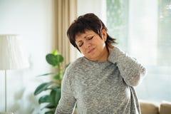Mujer madura que sufre de dolor de espalda Imagenes de archivo