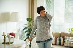 Mujer madura que sufre de dolor de espalda Imágenes de archivo libres de regalías
