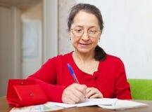 Mujer madura seria con la cuenta Imágenes de archivo libres de regalías