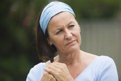 Mujer madura sola triste en pena y la depresión Fotografía de archivo