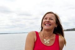 Mujer madura sonriente feliz fotografía de archivo libre de regalías