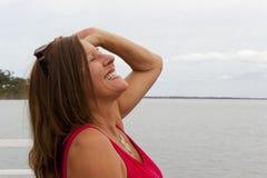 Mujer madura sonriente feliz imagen de archivo