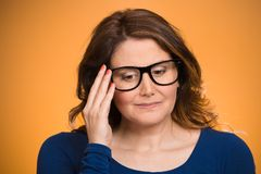Mujer madura, tímida, triste que juega nervioso con los vidrios imagenes de archivo