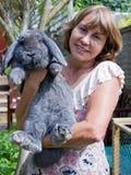 Mujer madura y conejo grande Imagen de archivo
