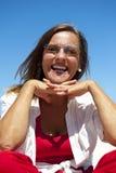 Mujer madura y confidente feliz en el océano foto de archivo