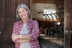 Mujer madurada de la granja con los brazos cruzados Fotografía de archivo libre de regalías