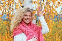 Mujer madurada en otoño Imagen de archivo