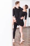 Mujer magnética hermosa que abraza a su socio de la danza Imagen de archivo