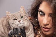 Mujer magnífica con el gato imagen de archivo