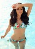 Mujer magnífica con el pelo oscuro en bikini elegante fotos de archivo